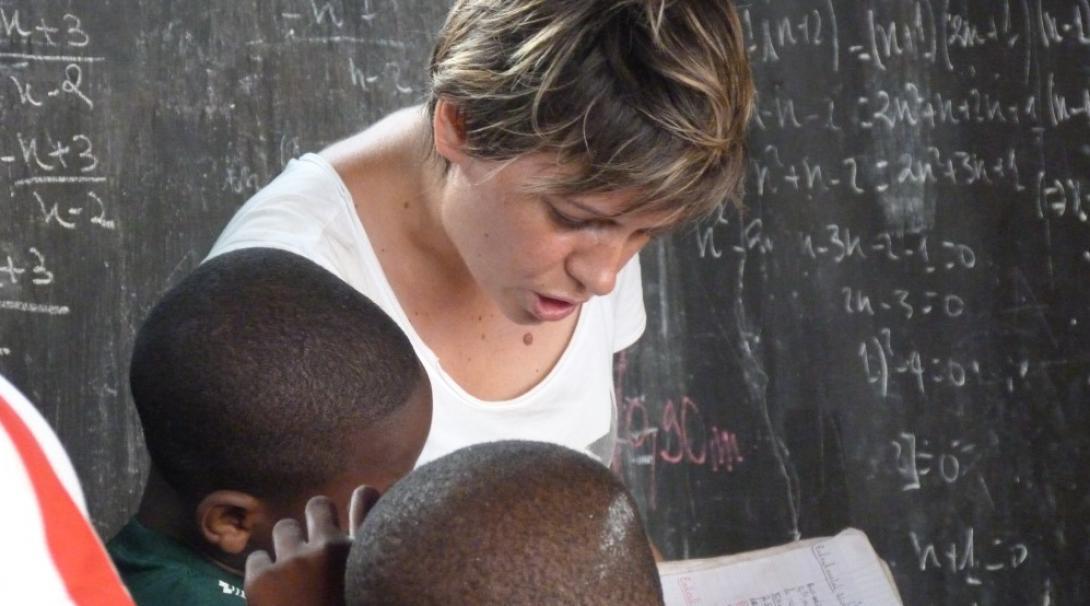 Une femme bénévole lisant avec des enfants au togo